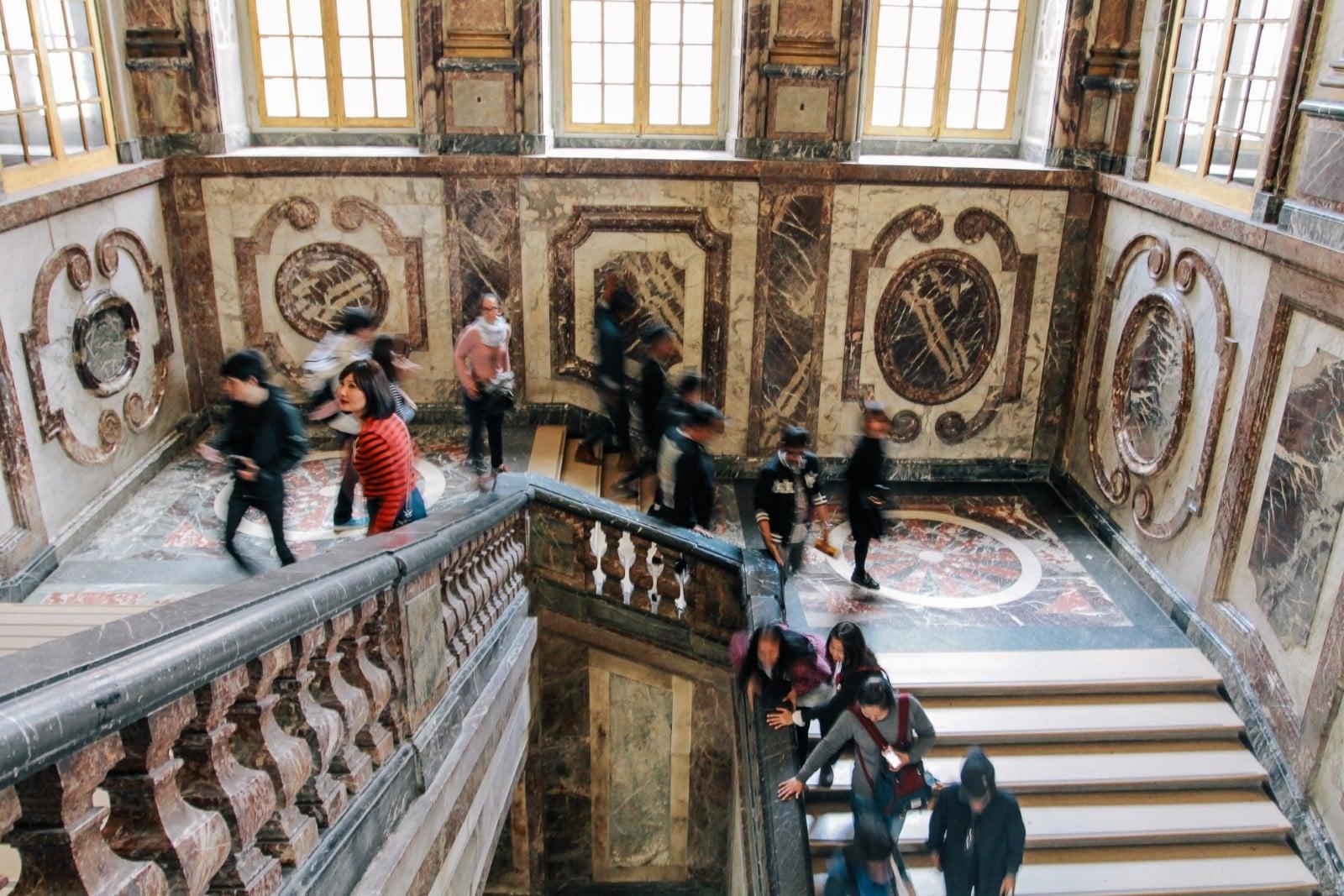 Le eleganti scale della Reggia.