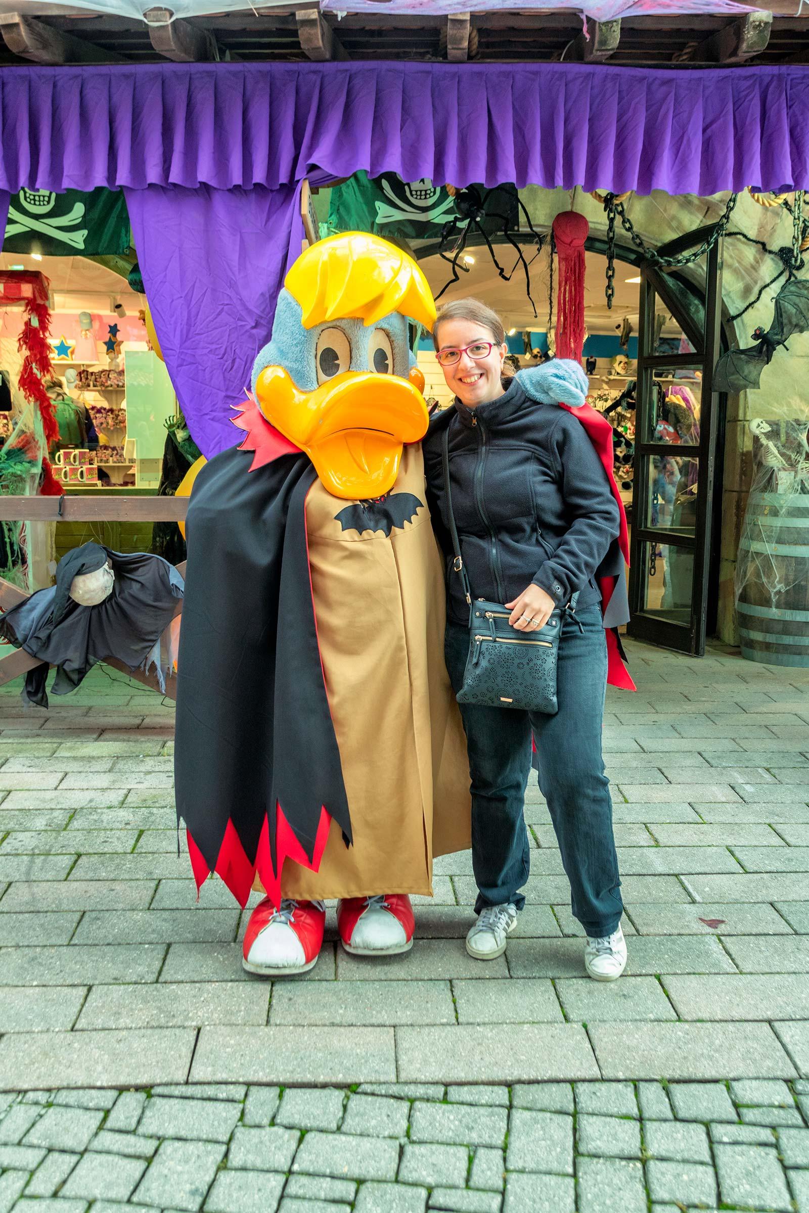 Chiara con la Mascotte del parco