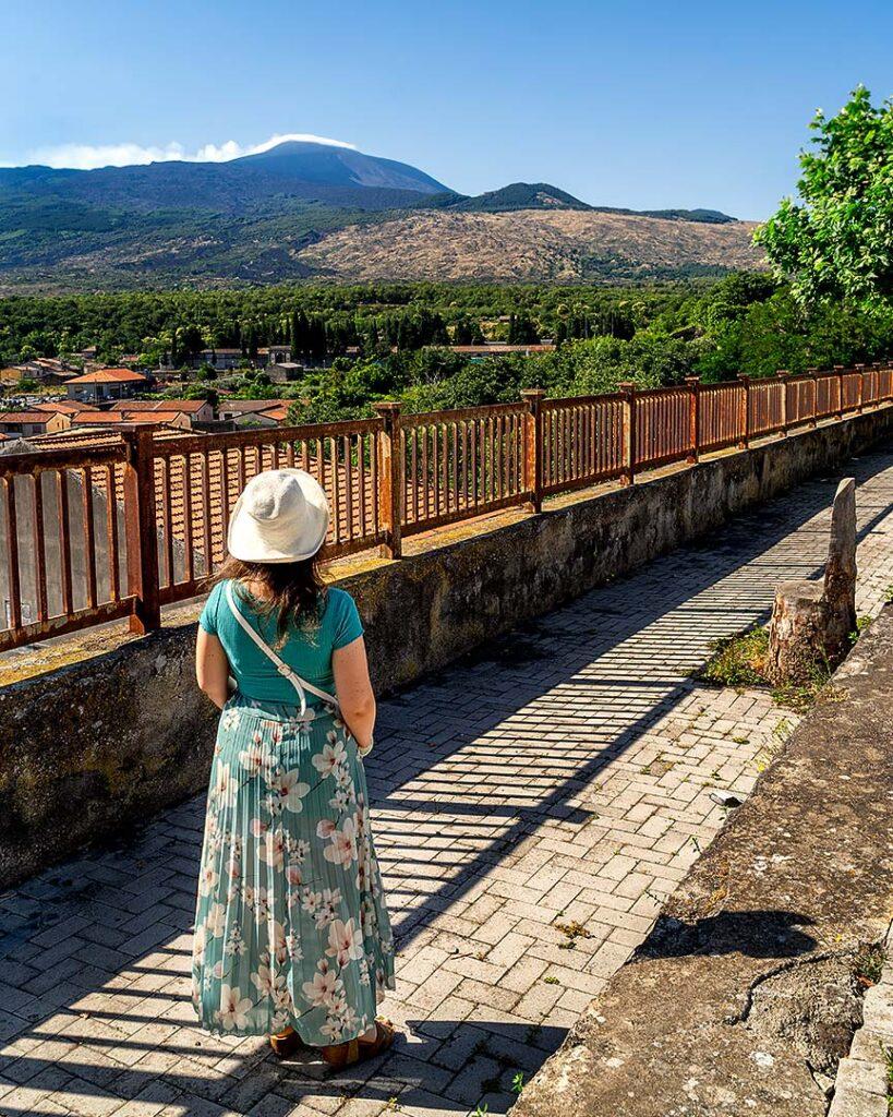 Chiara che osserva l'Etna dalla terrazza panoramica di Randazzo