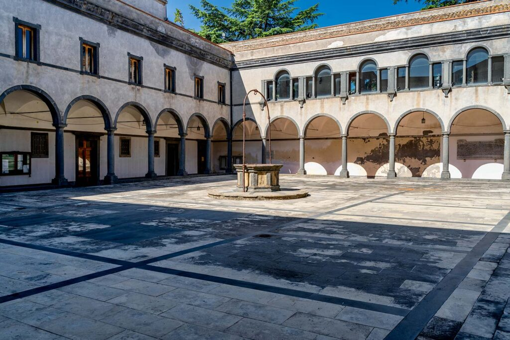 Il chiostro all'interno del Municipio.