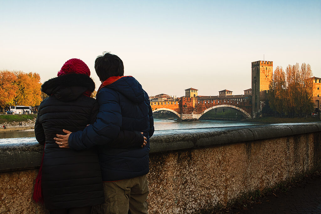 guardando il ponte al tramonto