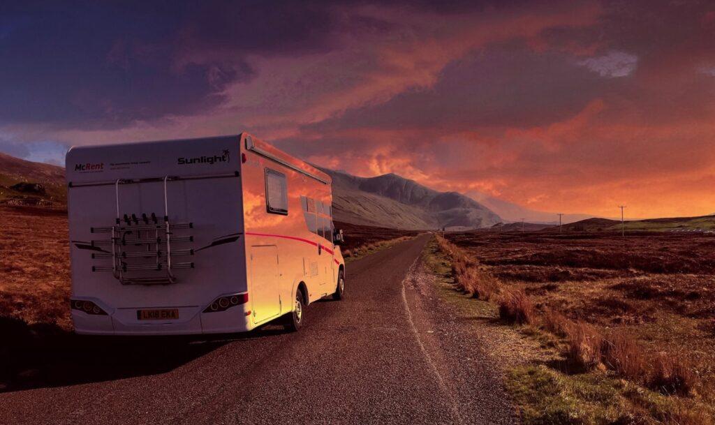 highlands in camper al tramonto