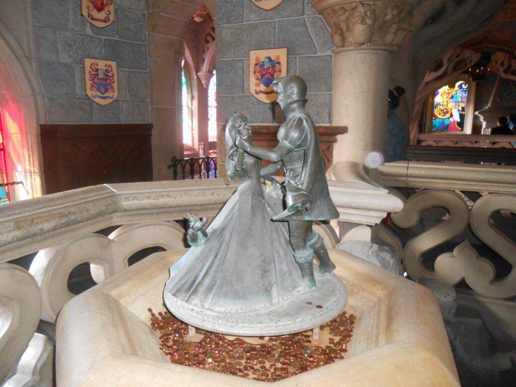 Aurora e Filippo che danzano al piano superiore del Castello.