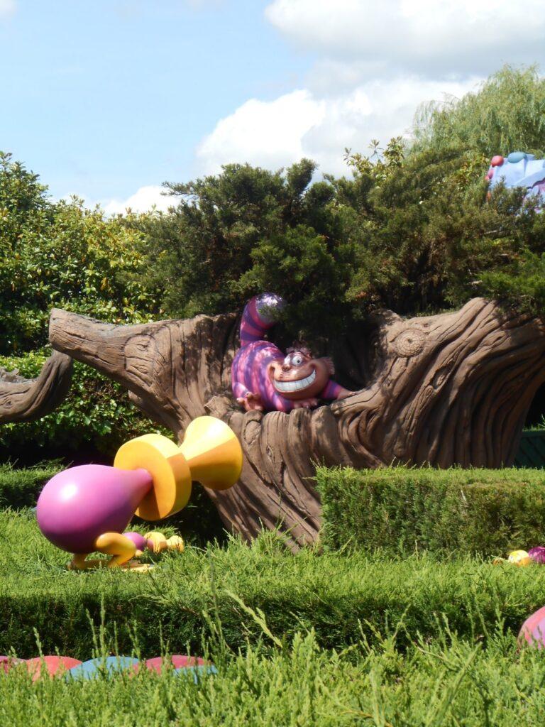 Il Labirinto Curioso a Disneyland, con lo Stregatto e altri strani personaggi.