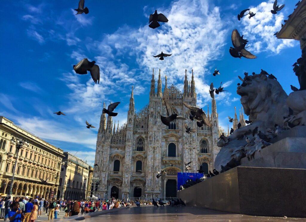 Duomo di Milano con piccioni