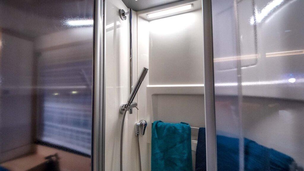 La doccia, comoda e con porte vetrate.