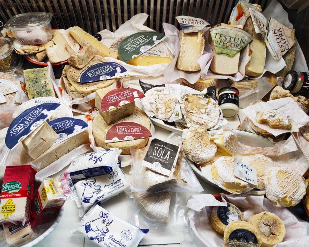 """I formaggi in vendita presso """"Al Cavagnin"""": brutti, ma tanto buoni!"""