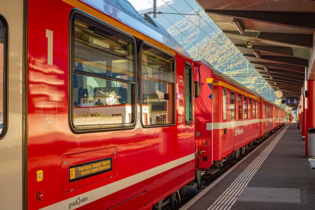 Alla stazione di Tirano per prendere il Trenino Rosso.