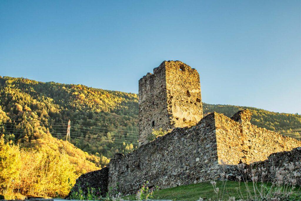 I ruderi di Castello Omodei, o Castellaccio.