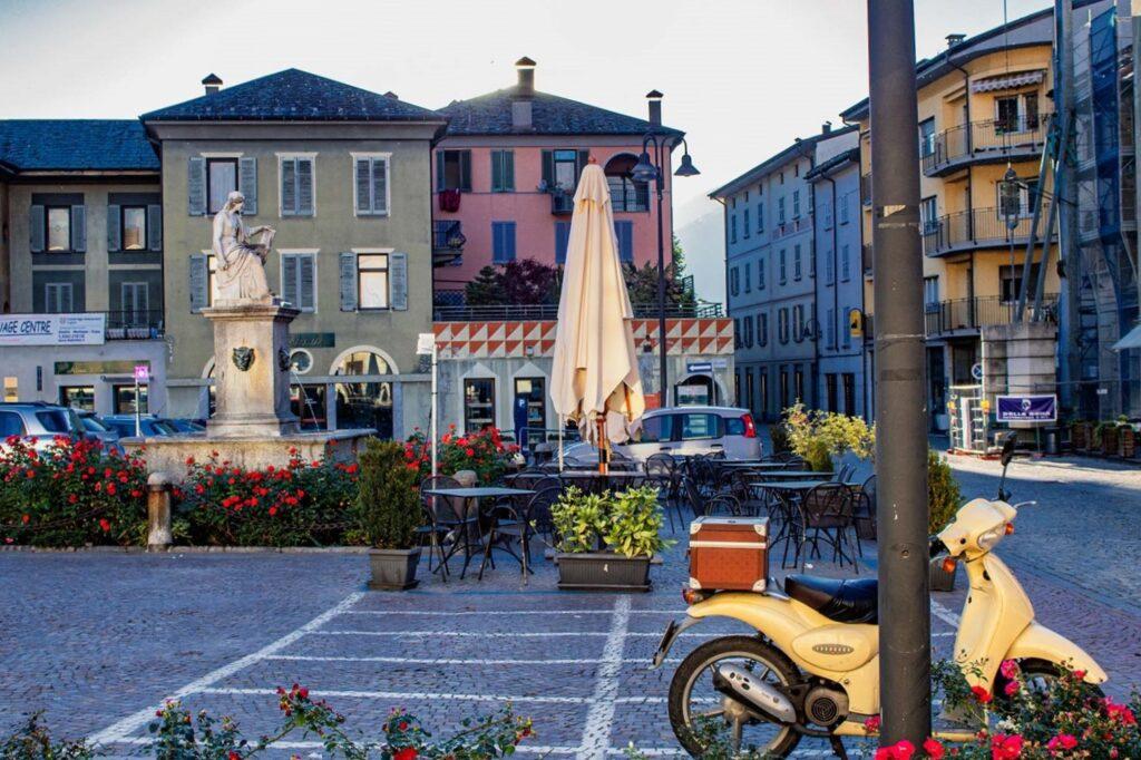 Uno scorcio del centro di Tirano, vivace e piacevole.