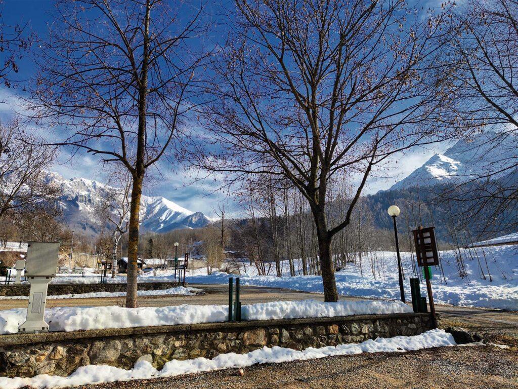 Piazzole disposte su varie file e neve tutto intorno.