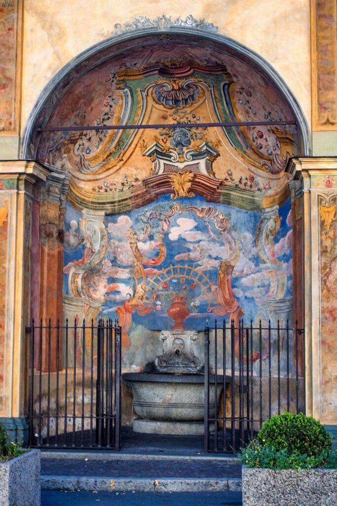 La piccola ma stupenda fontanella di fronte al Santuario di Tirano.