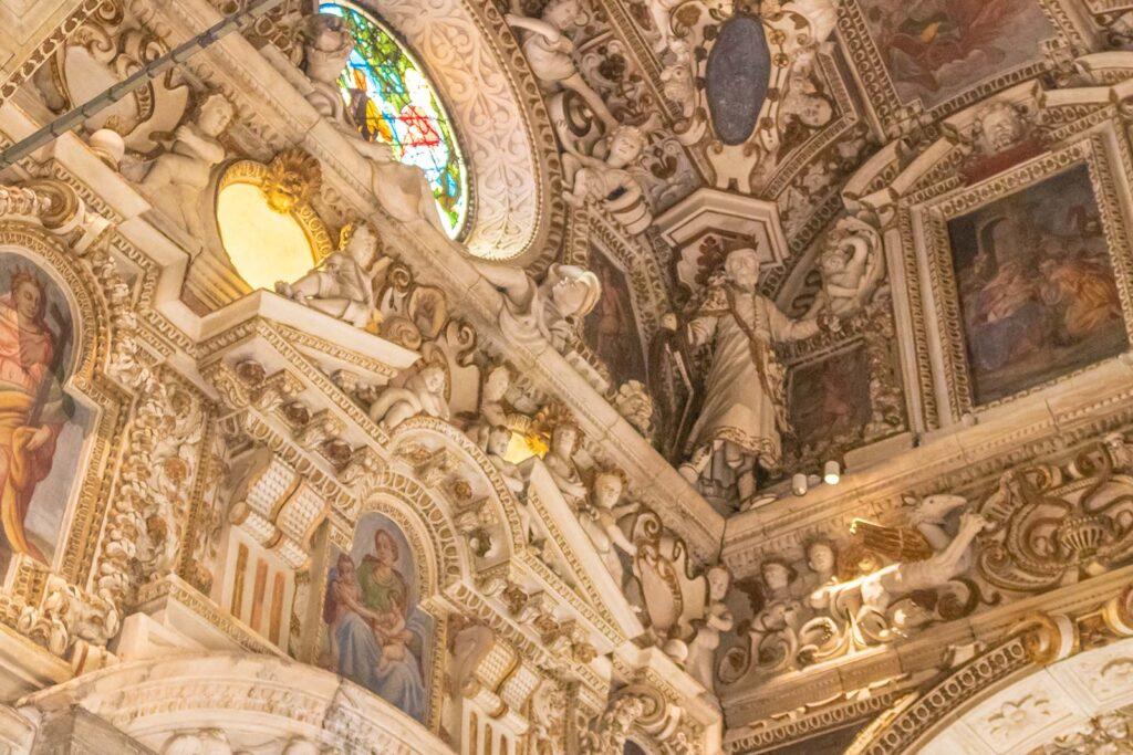 I ricchissimi interni, tutti decorati con stucchi e dipinti.