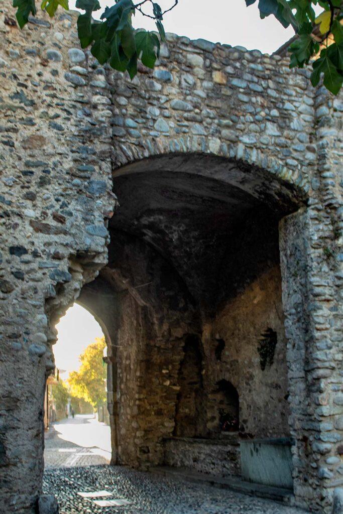 Porta Milanese, dall'aria antica e vissuta.