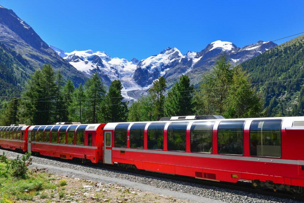 Il Trenino Rosso del Bernina lungo il suo viaggio tra i monti.