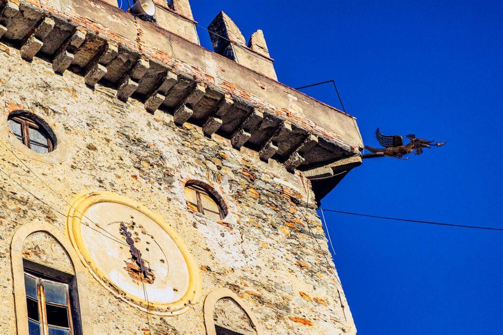 Uno dei doccioni a forma di drago della Torre  e il grande orologio.