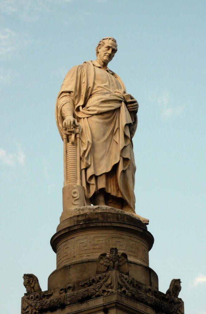 La statua dedicata a Volta nell'omonima Piazza di Como.