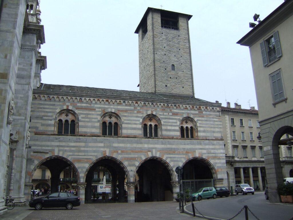 Il Broletto, l'edificio di fianco al Duomo.