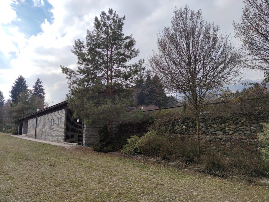 Il complesso dei bagni, che ospita anche la macchinetta per il pagamento della sosta.