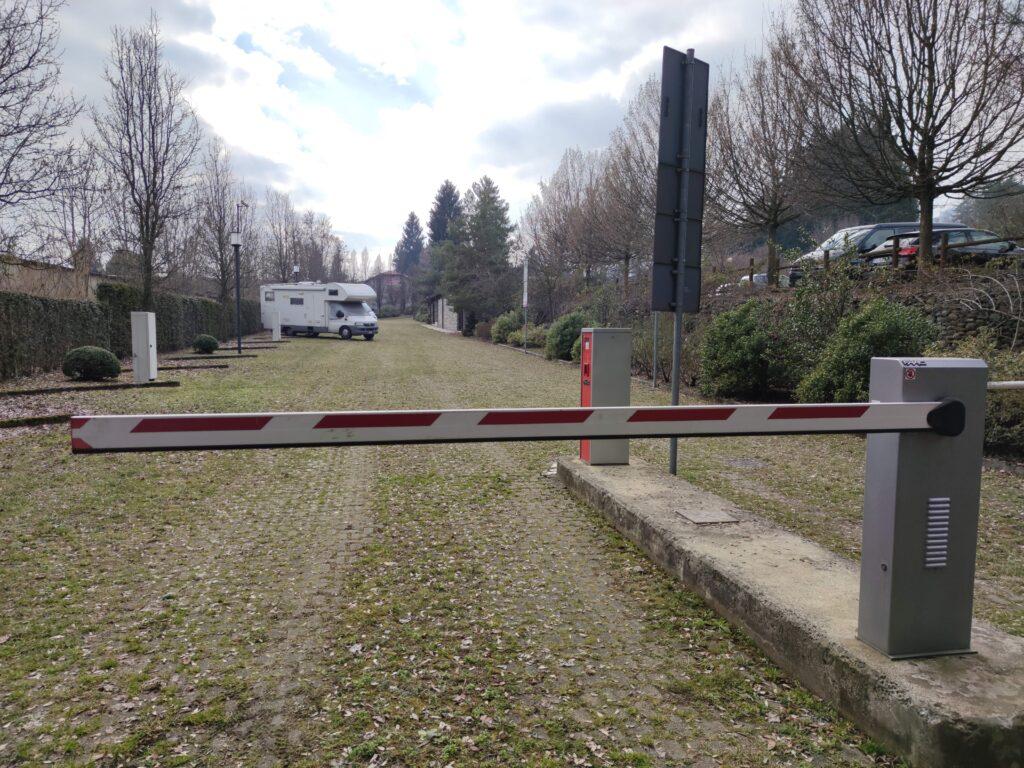 La barra automatica che regolamenta l'uscita dall'area.
