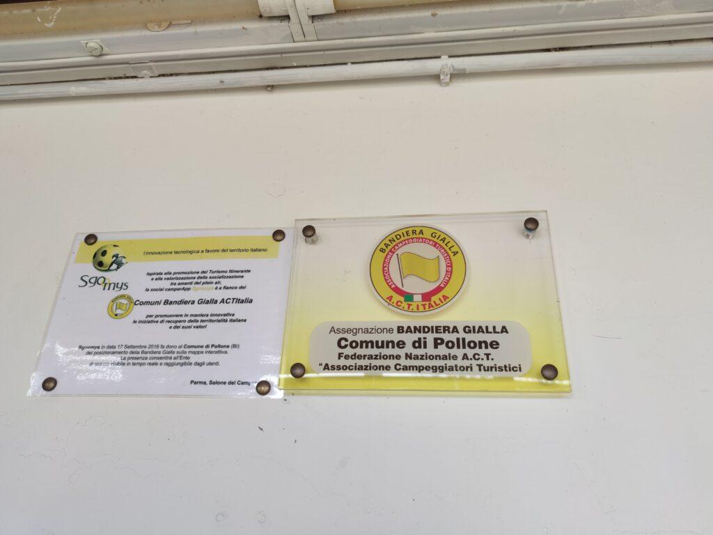 La targa di ACT Italia che certifica l'area come bandiera gialla.