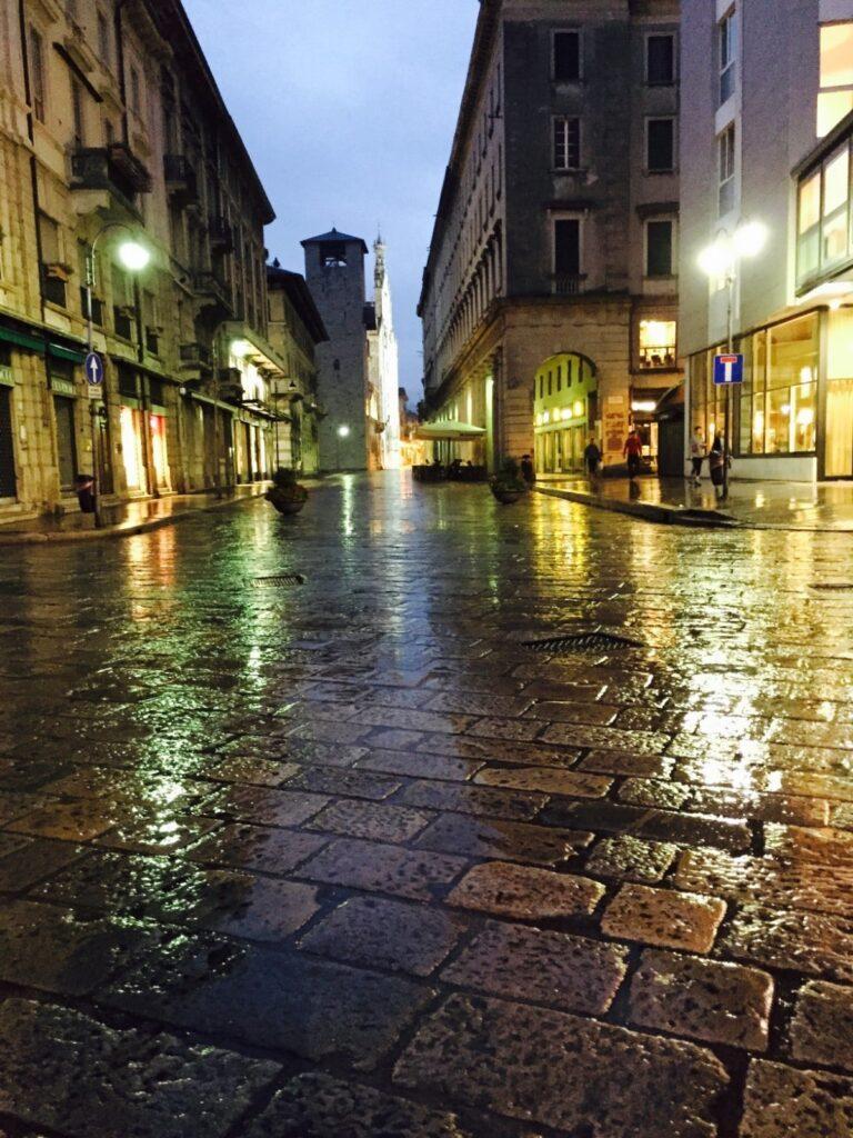 Le vie del centro di Como umide di pioggia.