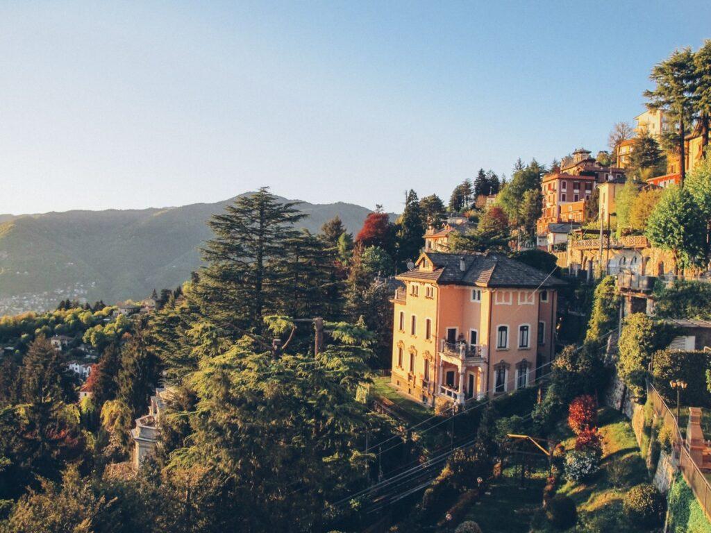 """In salita verso Brunate e il suo """"balcone sulle Alpi""""."""