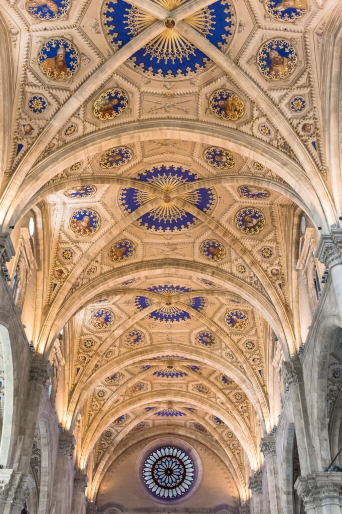 Le volte del soffitto all'interno del Duomo.