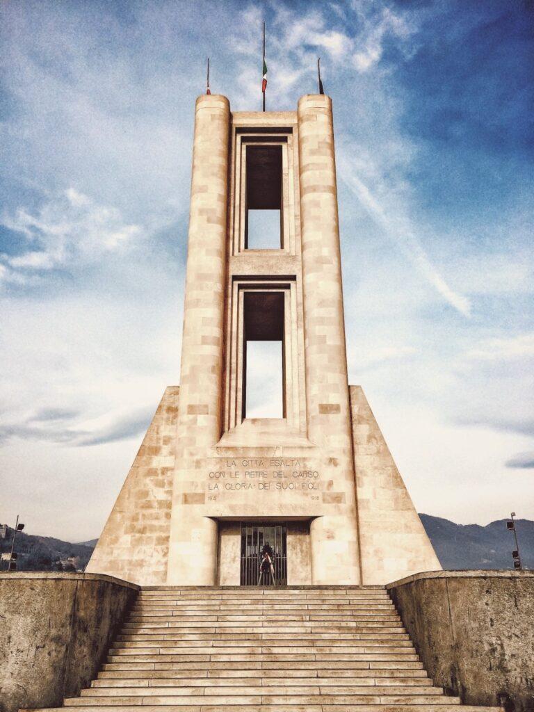 Il Monumento ai Caduti comaschi durante la I Guerra Mondiale.
