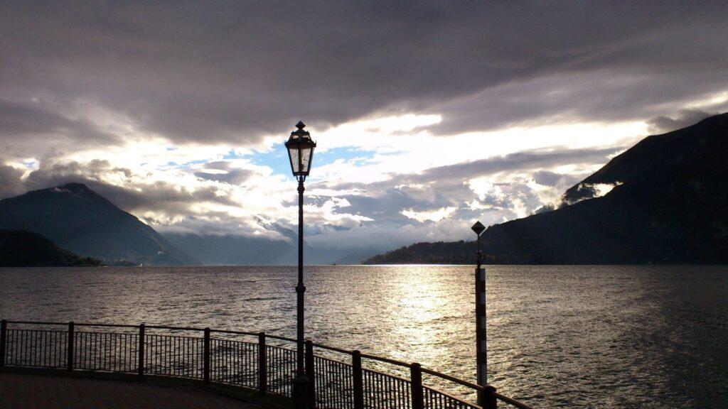 Le Alpi che, tra le nubi, abbracciano il Lago.