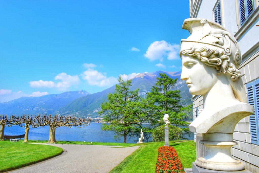 I giardini e le statue di Villa Melzi.