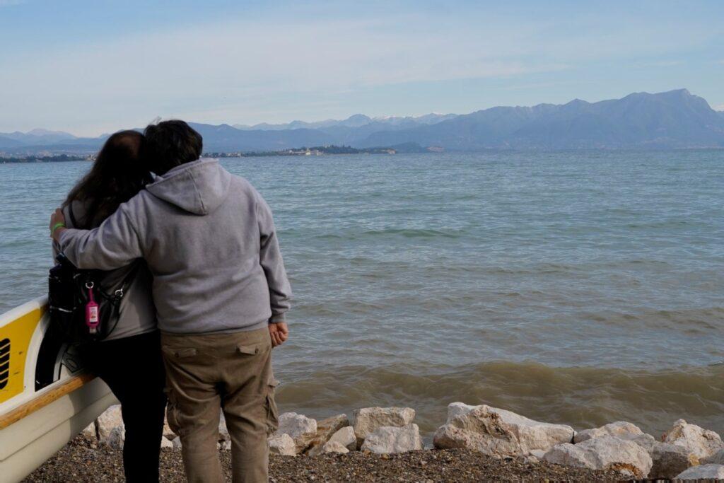 guardando il lago di Garda
