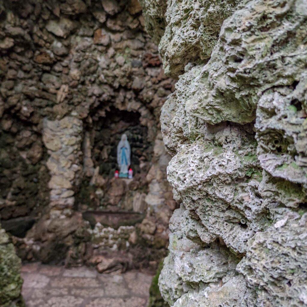 la grotta votiva con la Madonna di Lourdes
