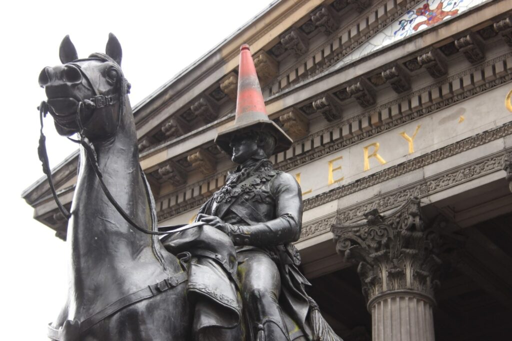 Statua del Duca di Wellington con cono stradale in testa
